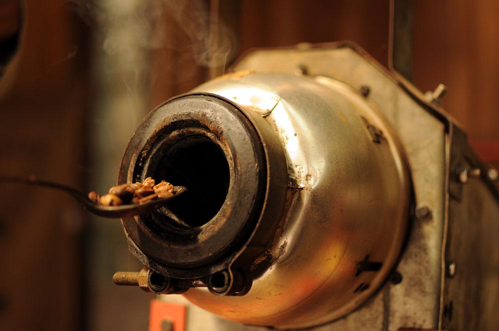 Ta maszyna do wypalania kawy powstała między innymi z osłony lampy starego samochodu.